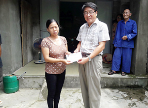 Sae-A Vietnam's Winners Via delivers donation to poor employee